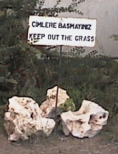Picture of a sign: Çimlere basmay?n?z / Keep out the grass